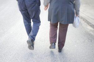 シニア 会合 サークル 集まり 老夫婦 通いやすい